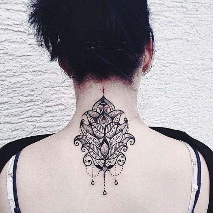 blume des lebens bedeutung, rücken tattoo auf einer frau mit schwarzen haaren, schönes blumendesign