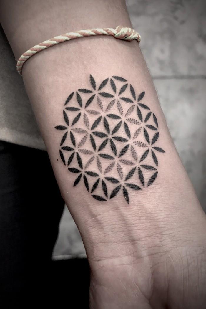 tätowierung idee eine runde aus kleinen blümchen gemacht, armband modern, anker style, weiß und golden