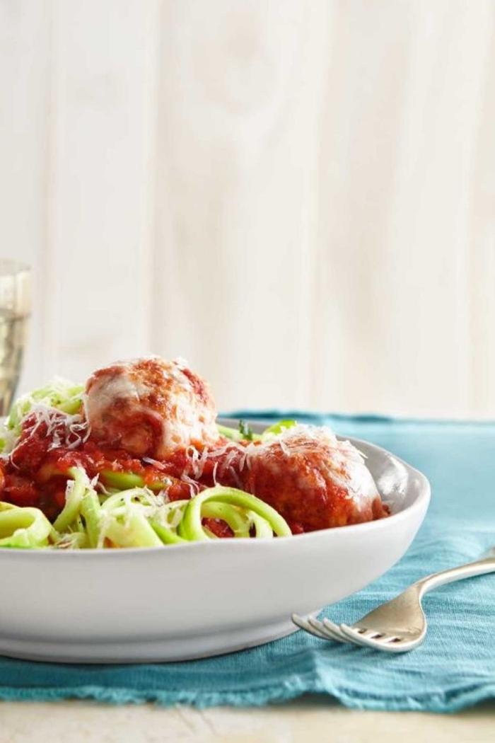 low carb abendessen, noodles aus zucchini mit fleischklösschen und tomatensoße