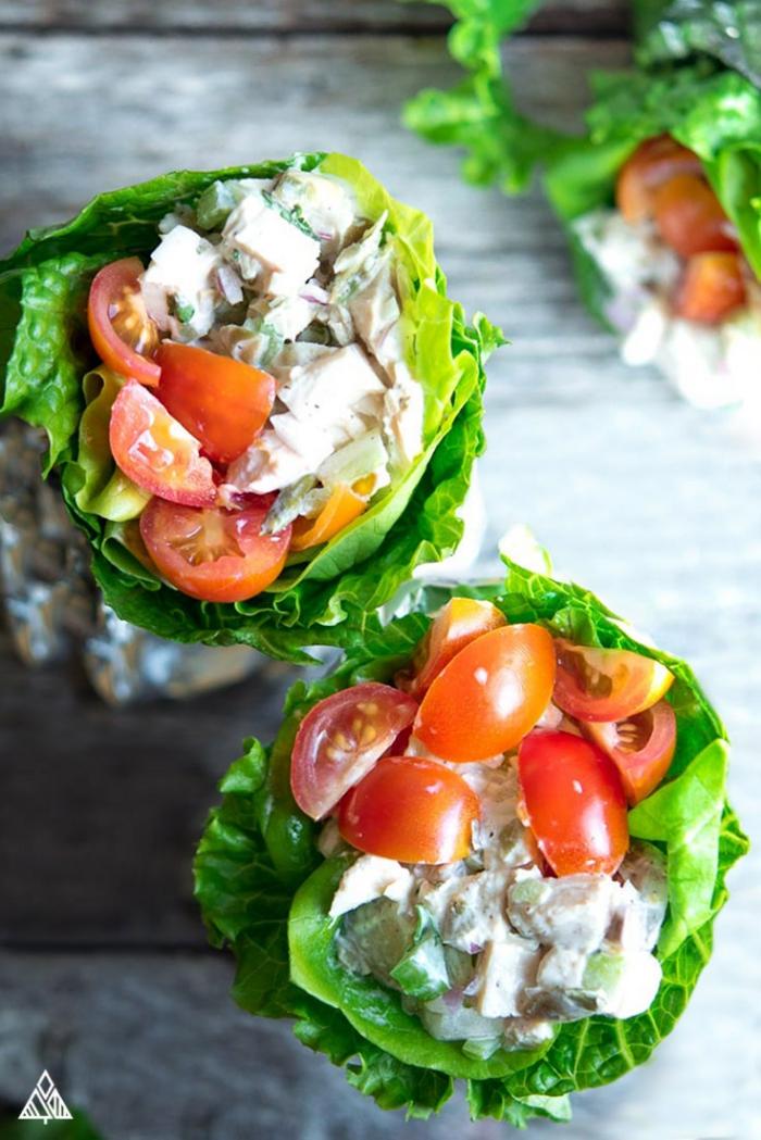 low carb abendessen, salatblätter gefüllt mit fleisch, weiße knoblauchsoße und cherry tomaten