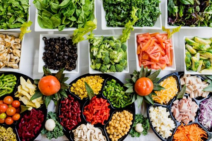 low carb diät mit viel gemüse, eckige weiße schüssel, gesund essen, oliven, brokkoli