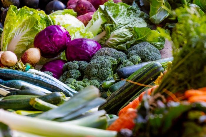 low carb rezepte, gesund essen, gemüse, brokkoli und karotten, diät ohne kohlenhydraten