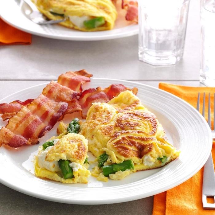 low carb frühstück, omelette mit spargeln, frischkäse und bacon, gesund frühstücken, abnehemen