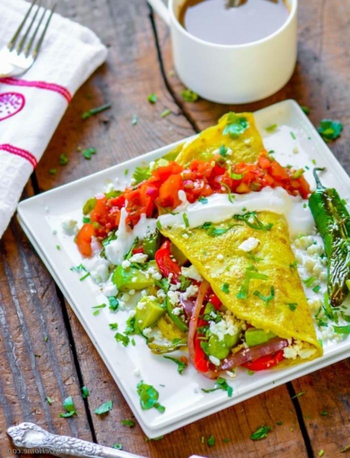 low carb frühstück, omelette taco gefüllt mit avocado, cherry tomaten und schinken