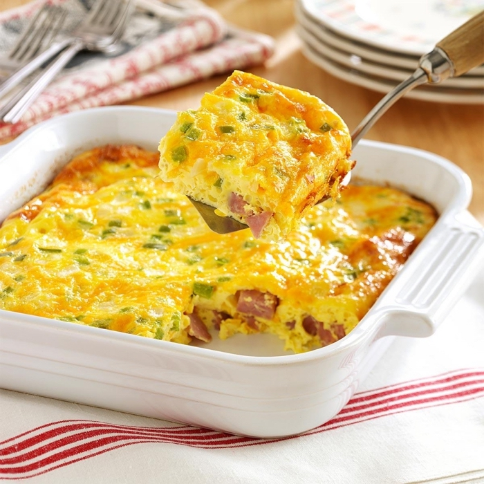 low carb frühstück, kasserolle mit eier, schinken und frühlingszwiebel, rezepte mit wenig kalorien