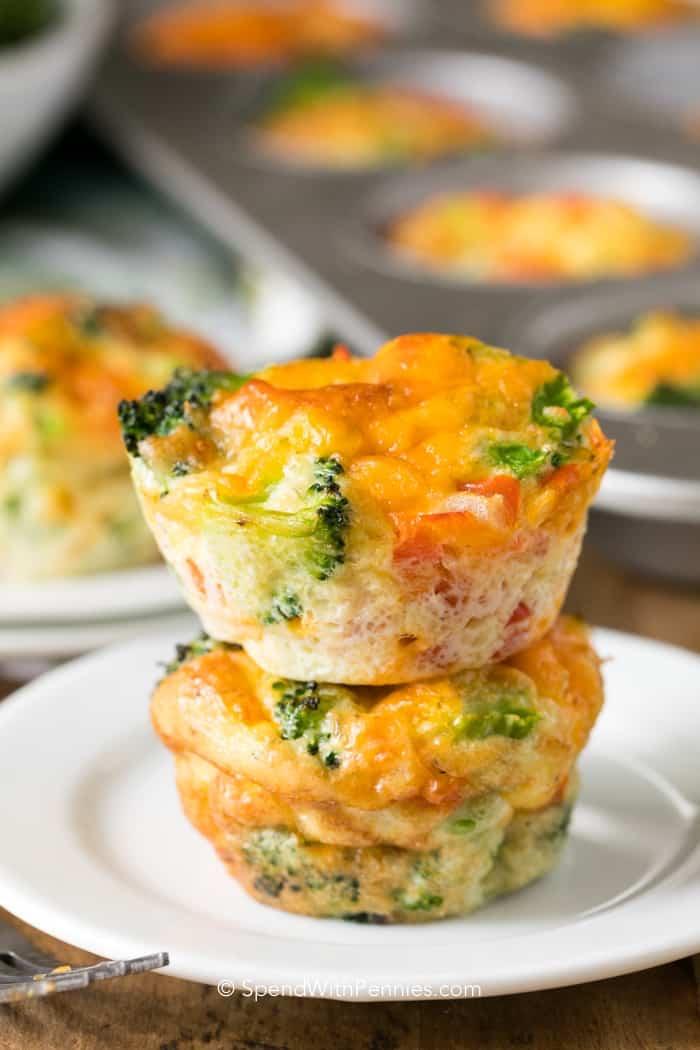 low carb frühstück, salzige muffins aus eier, schinken und brokkoli, gesund essen