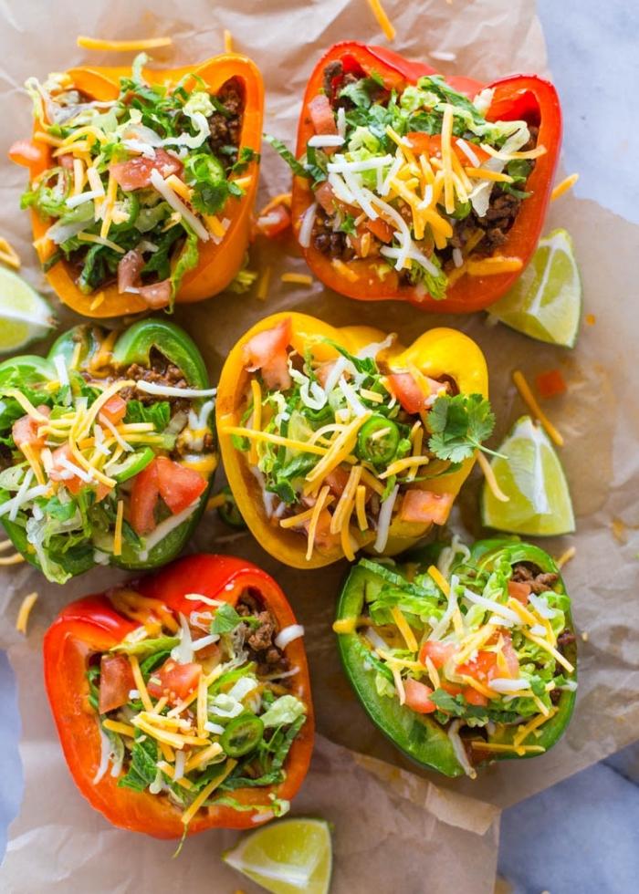 low carb frühstück, grüne, gelbe und rote paprika gefüllt mit hackfleisch, cheddar und parmesan