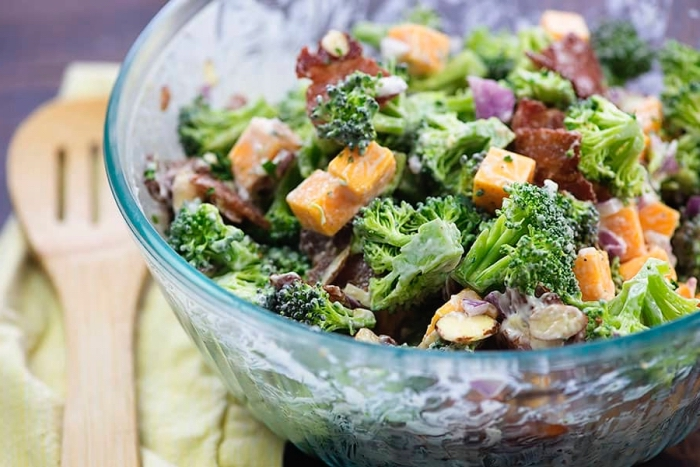low carb gerichte, slalat mit brokkoli, karotten, bacon, pilzen und zwiebel