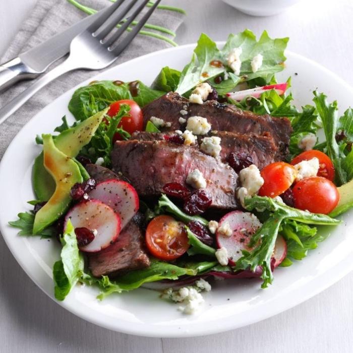 low carb gerichte, rezepte mit wenig kalorien, fleisch mit grünem salat, cherry tomaten und ziegenkäse