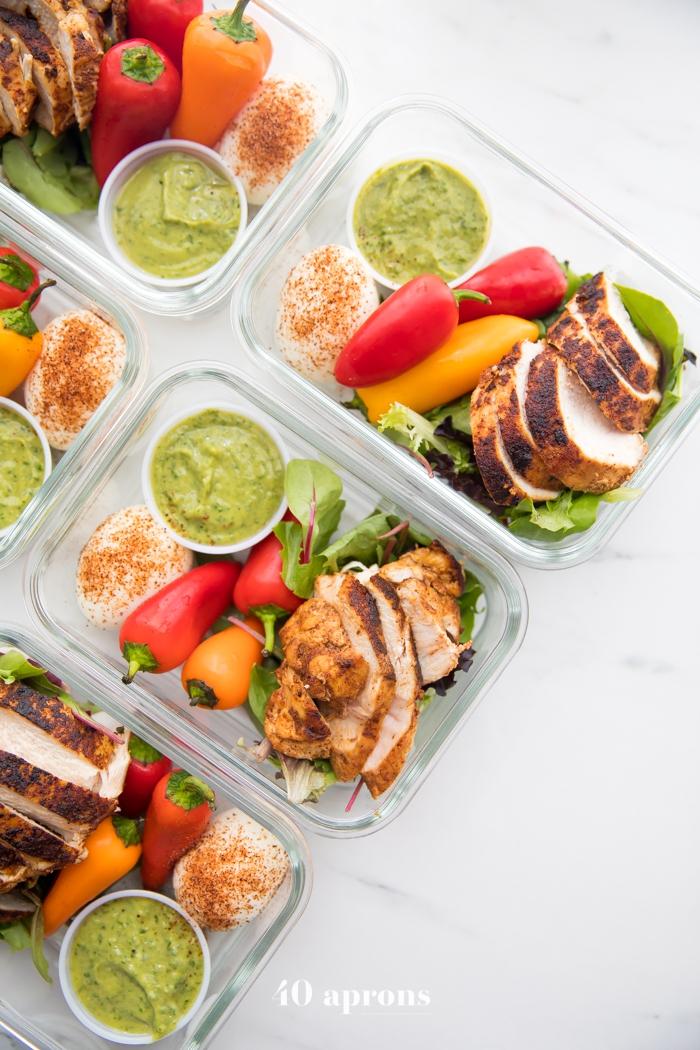 low carb gerichte, viele eckige schüssel, essen für jeden tag, fleisch mit paprika, ei und spinat