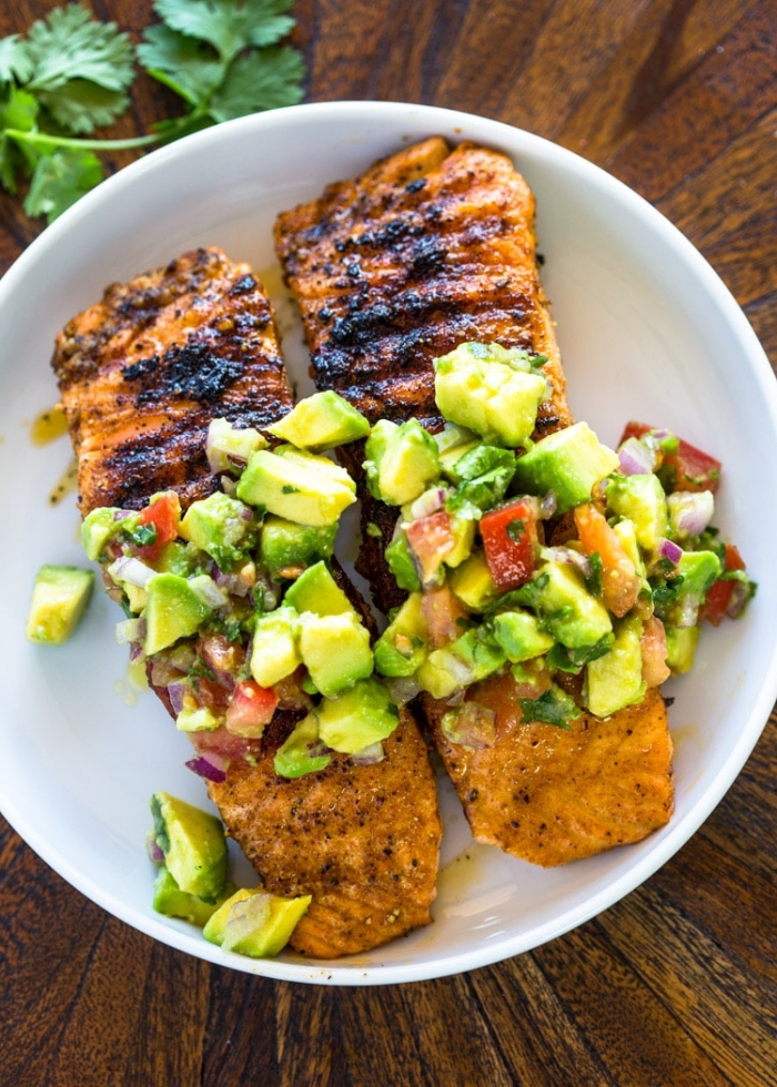 low carb gerichte zubereiten, zwei stücke hühnerfleisch mit avocado und cherry tomaten, gesund essen