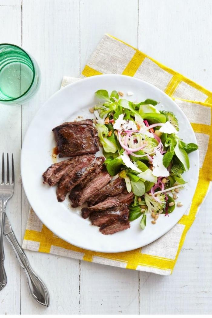 low carb rezepte abendessen, gebacktes fleisch mit grünem salat, bohnen und zwiebel