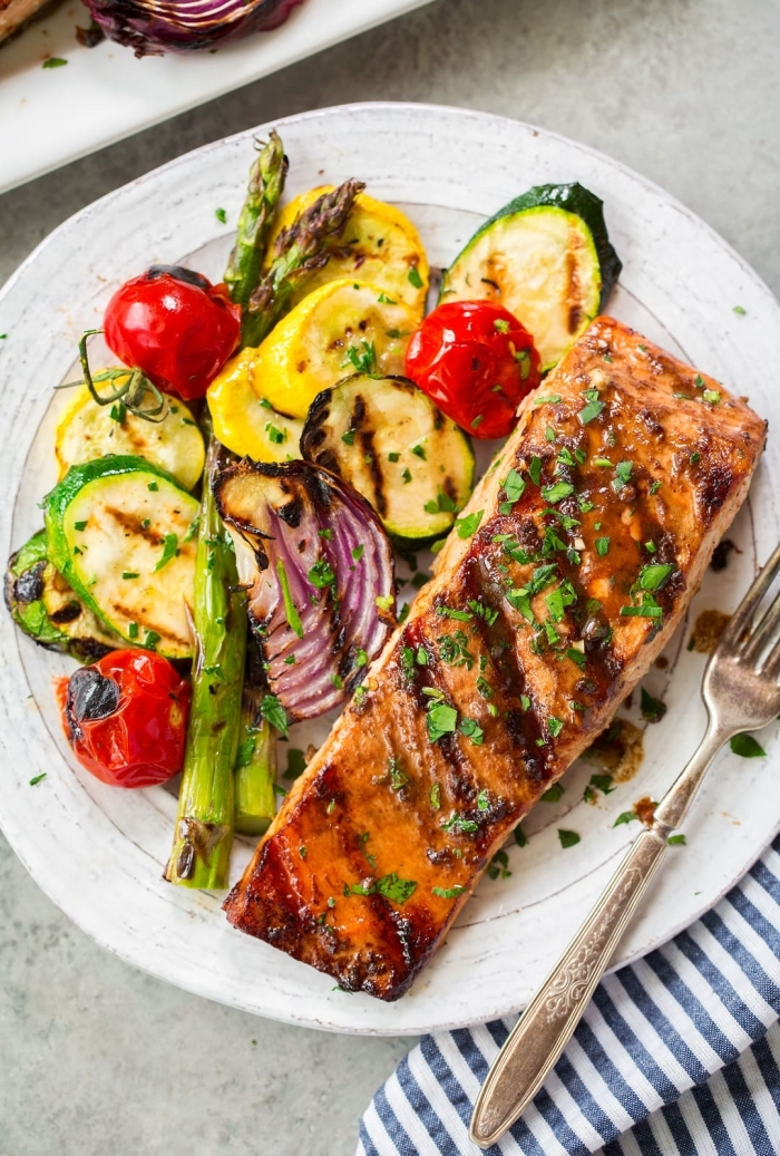 low carb rezepte abendessen, gegrillter lachs mit salat aus zucchini, cherry tomaten, spargeln und zwiebel