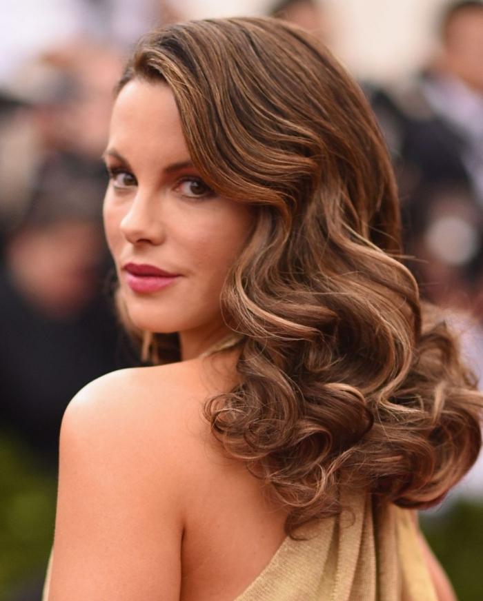 mittellange frisuren für frauen, haarstyle mit retro locken, braune haare mit honigfarbenen strähnen