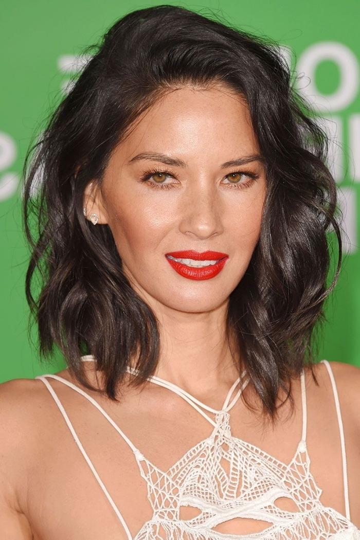 mittellange frisuren, make up mit rotem lippenstift, schulterlange lockige haare