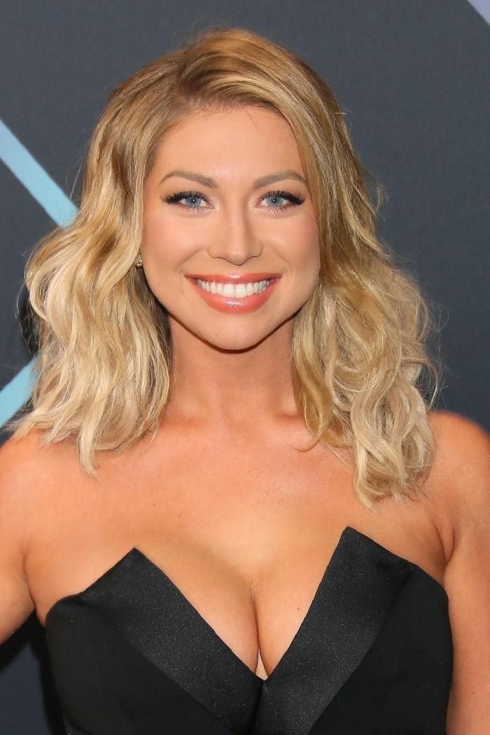 mittellange frisuren, schwarzes abendkleid, blonde lockige haare mit hellen spitzen