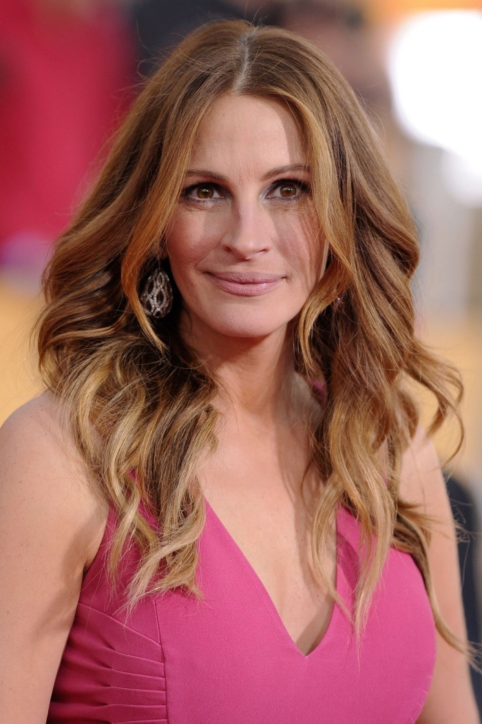 mittelange haare, rosa kleid, frisur mit locken, trandige hairstyles für frauen