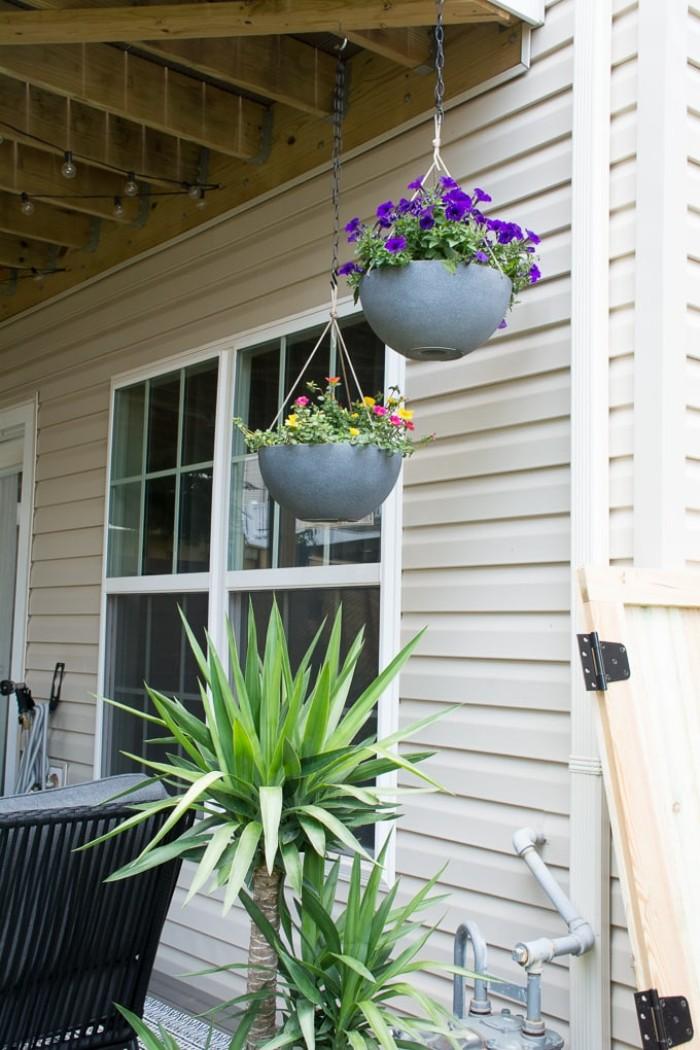 Deko im Gartenhaus modern gestalten, hängende Blumentöpfe, Garten Bepflanzung
