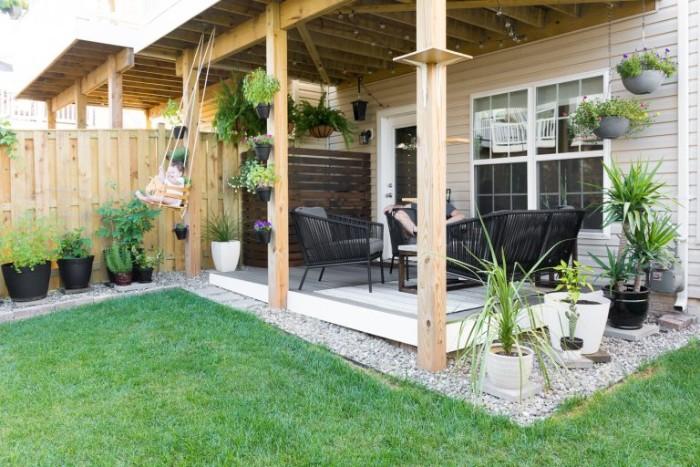 Gartenhaus modern mit einem Schaukel für das Kind, Gras und Veranda, viel Deko