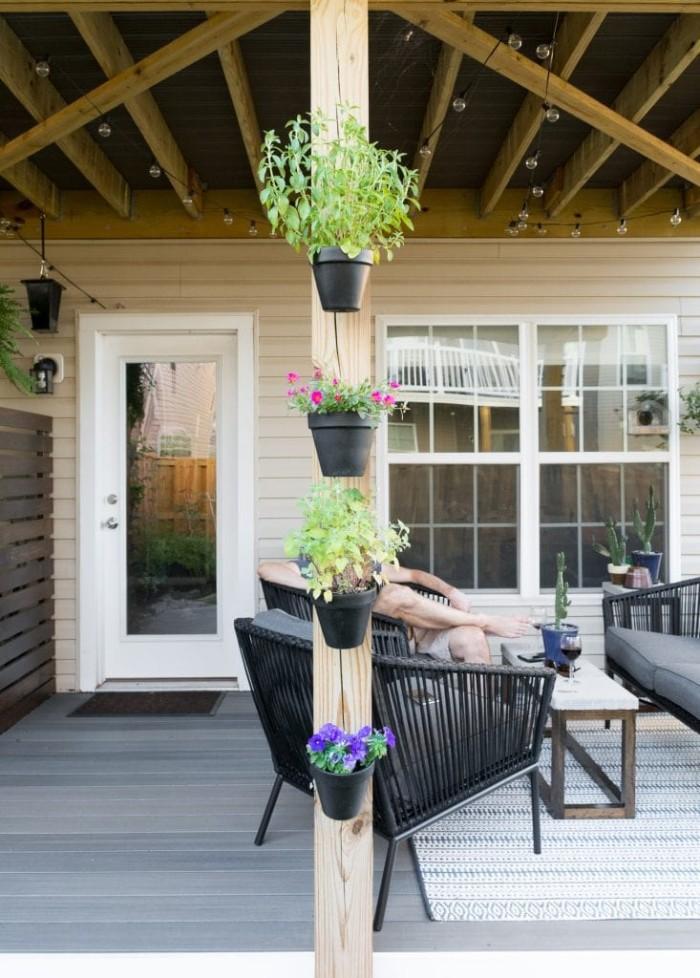 Gartenhaus modern Ideen zum Dekorieren und Gestalten, Pflanzen und Blumentöpfe, schwarze Bänke zum Chillen
