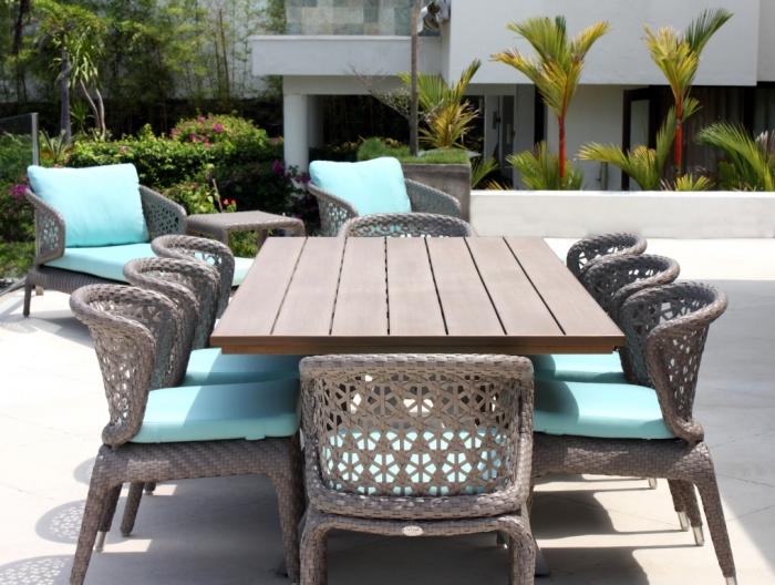 moderne gartenmöbel, großer tisch, stühle mit hellblauen sitzkissen, gartengestaltung ideen