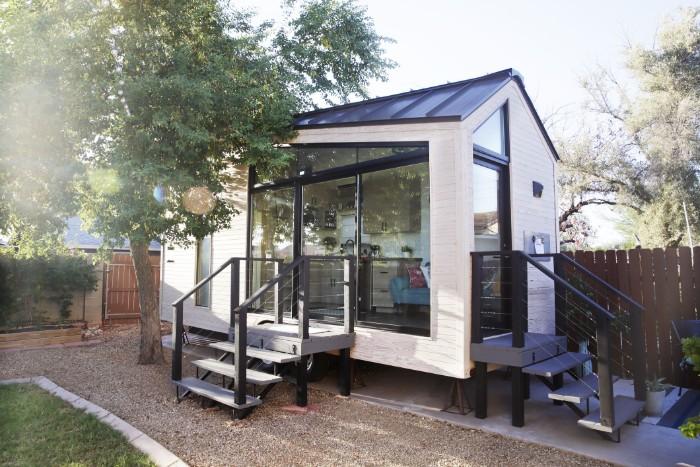 Gartenhaus groß, Design Idee, kleine Treppe zum Häuschen, Kies und Splitt im Garten, smart Gartendesignidee