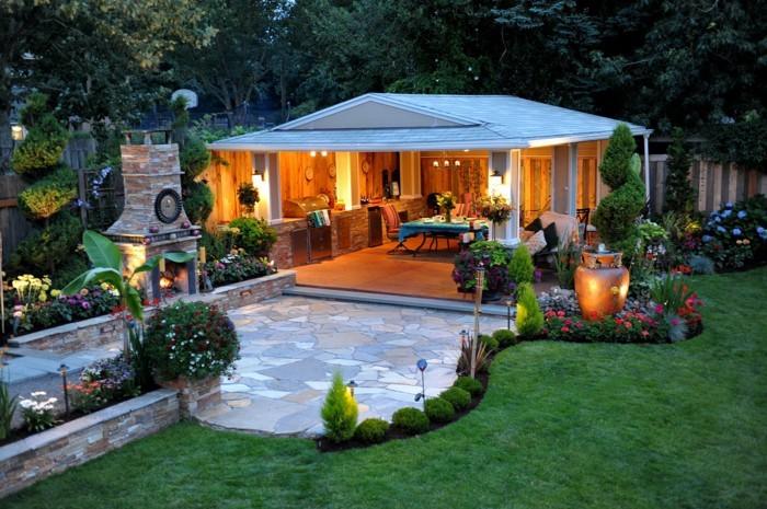Gartenhaus groß mit offener Optik, Garten Gras, grünes Design, Beleuchtung stilvoll am Abend