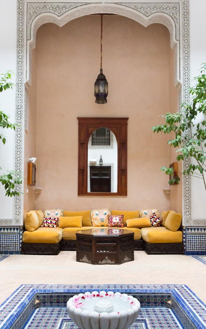 gartenhaus in marokko, gelb und blau interieur, gelbes sofa mit viel sitzkissen
