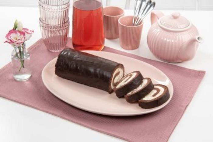 joghurt sahne torte, rollo kuchen ideen, rosarotes geschirr, rosa tassen, kuchen, deko blumen in vase