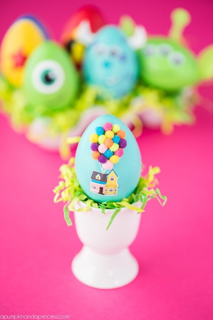 Disney Osterei Up, kleine bunte Bommeln für Ballons kleben, Ostereier mit Kindern färben