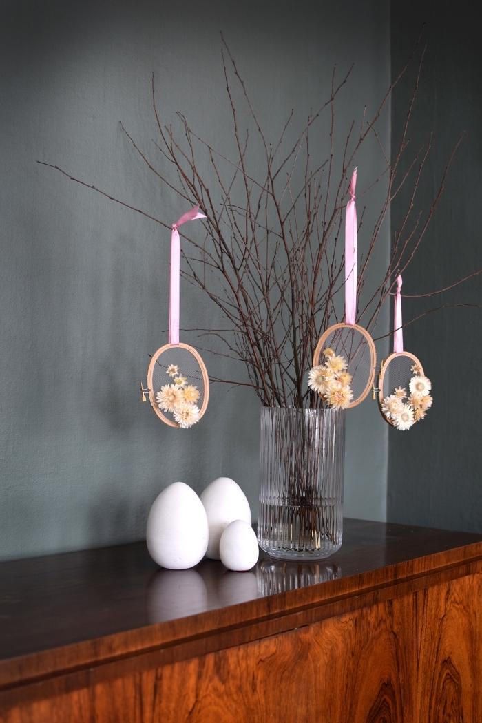 osterdeko selber basteln, glasvase mit zweigen, hängende dekroationen, weiße eier