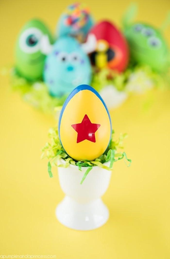 Disney Ostereier färben mit Kindern, roter Stern auf gelbem Grund, Ostereier kreativ bemalen