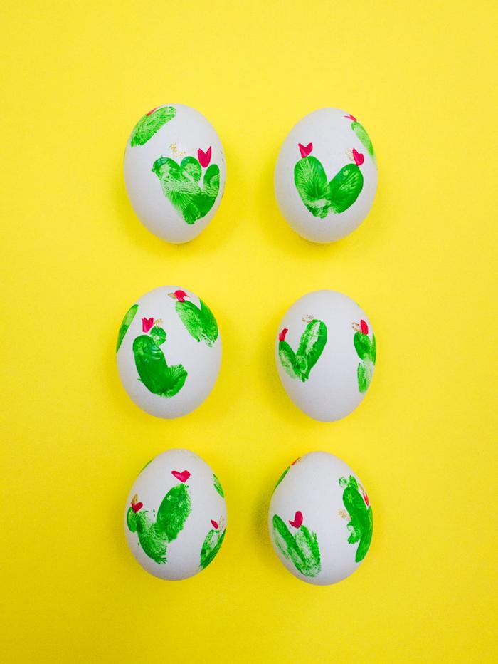 Ostereier mit Fingerabdrücken verzieren, Fingerabdrücke als Kakteen, kleine Blüten mit roter Farben malen