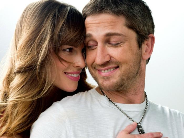 die beiden Verliebten, die von einem Todesfall getrennt wurden, ein weißes T-shirt, P. S. Ich liebe dich