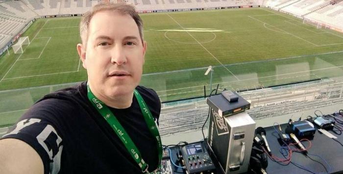 Rafael Henzel ist auf dem Stadion bevor das Spiel begonnen hat