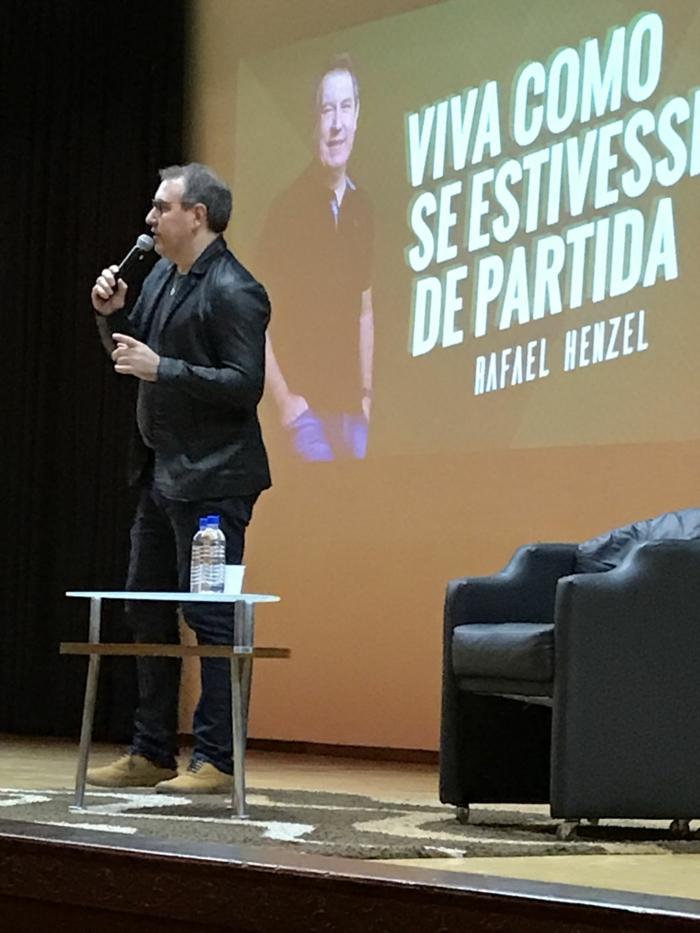 ein Vortrag von Rafael Henzel mit einem Powerpoint Präsentation auf Spanisch