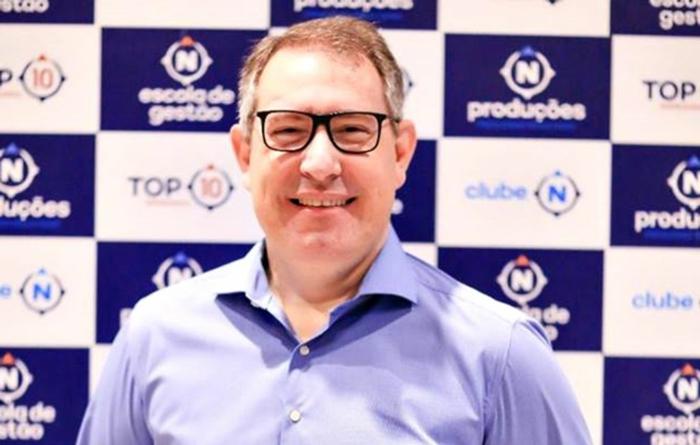 Rafael Henzel trägt Brille und ist mit einem blauen Hemd angezogen, auf einer Sportveranstaltung
