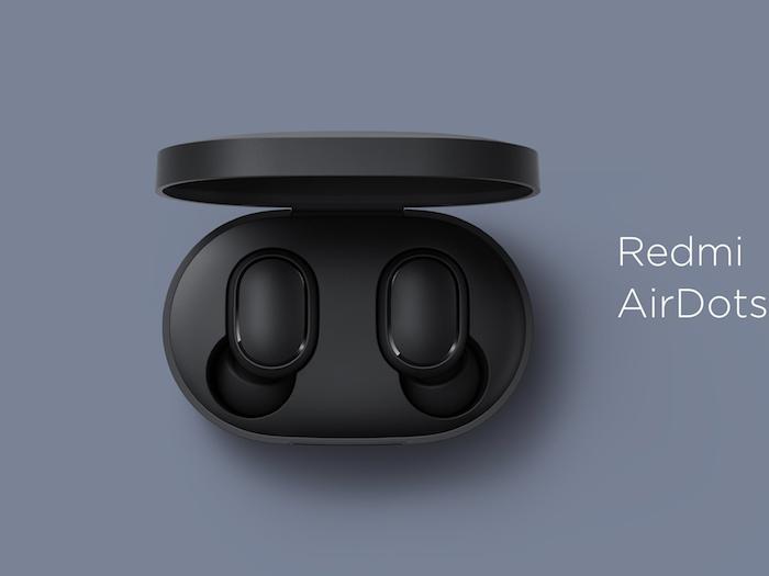 zwei kleine schwarze kabellose redmi airdots ohrhörer von xiaomi