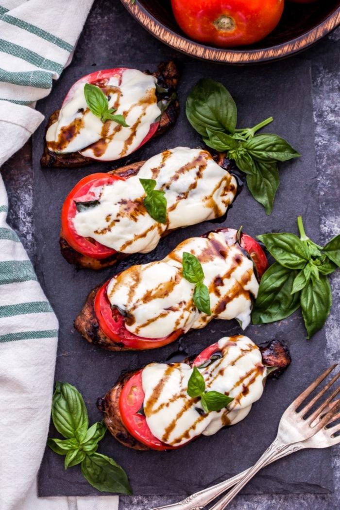 rezepte ohne kohlenhydrate, gegrillte hühnerbrust mit tomaten und mozzarella garniert mit basillikum