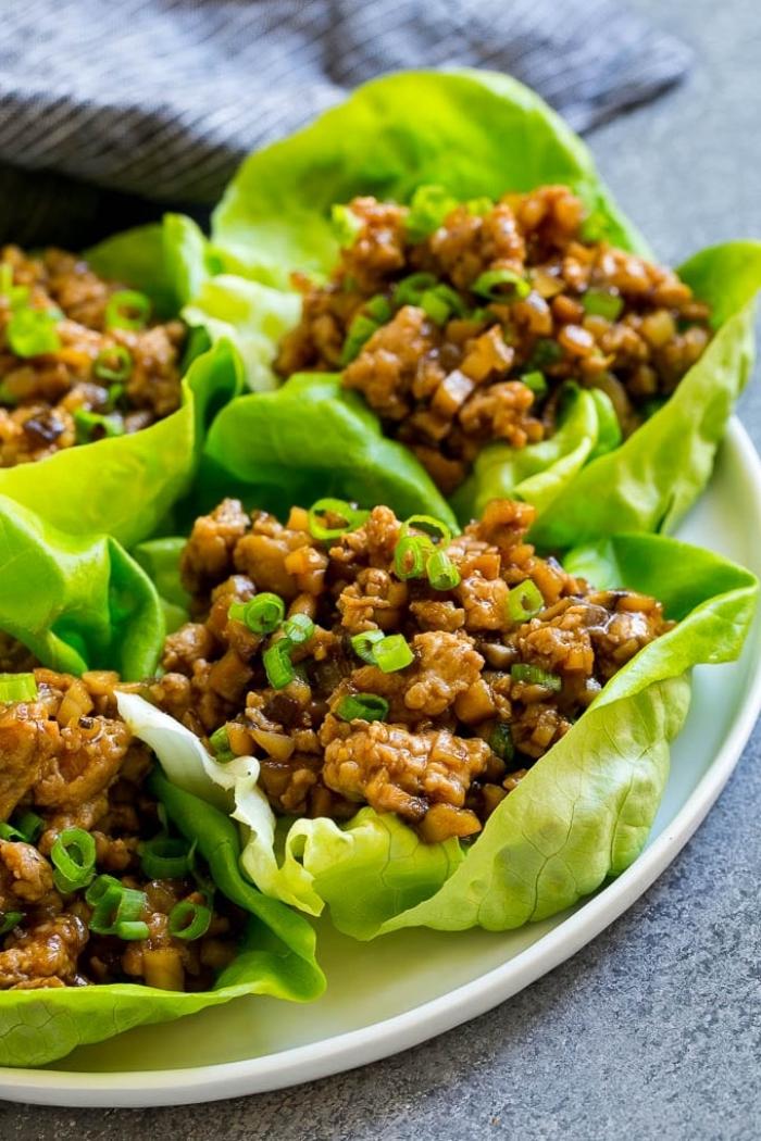 rezepte ohne kohlenhydrate, grüne salatlätter gefüllt mit hackfleisch, sojasoße und frühlingszwiebel