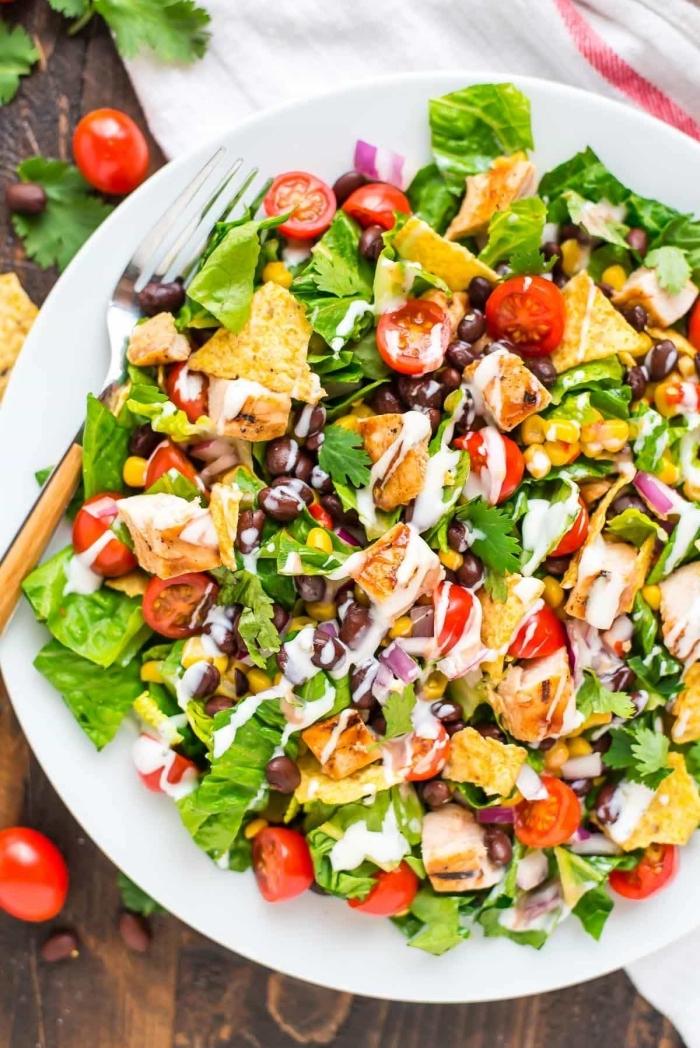 rezepte ohne kohlenhydrate, salat mit cherry tomaten, fleisch, bohnen und zwiebel, weiße soße