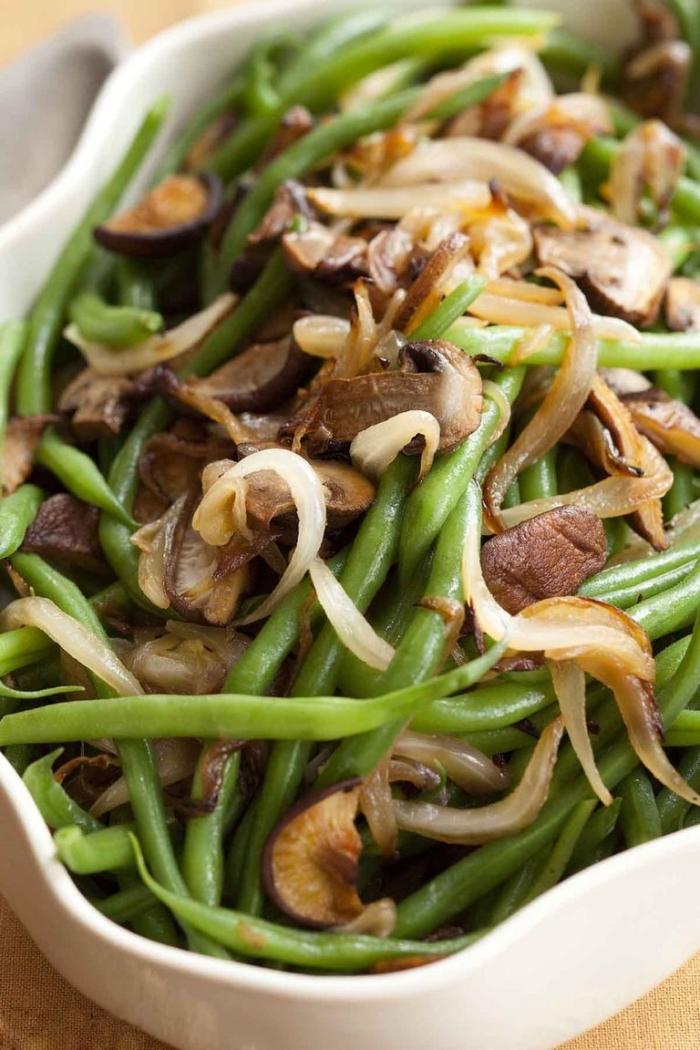 rezepte zum abnehmen, gericht aus grünen bohnen, pilzen und zwiebel, kochen ohne kohlenhydrate