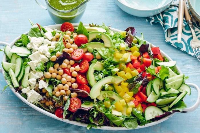 rezepte zum abnehmen, goßem vitaminen salat mit kichererbse, cherry tomaten und paprika, gesund essen