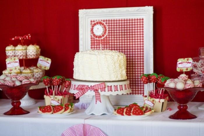erdbeer yogurette torte für eine party, party rezepte, fingerfood schnell und einfach essen zubereiten