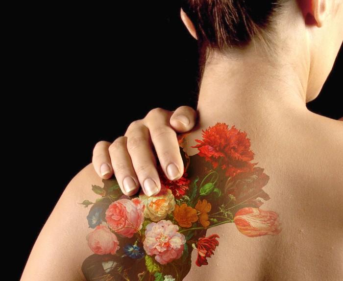 tätowieren eine frau mit bunten blumen an dem rücken gezeichnet, rose, rot und rosaro