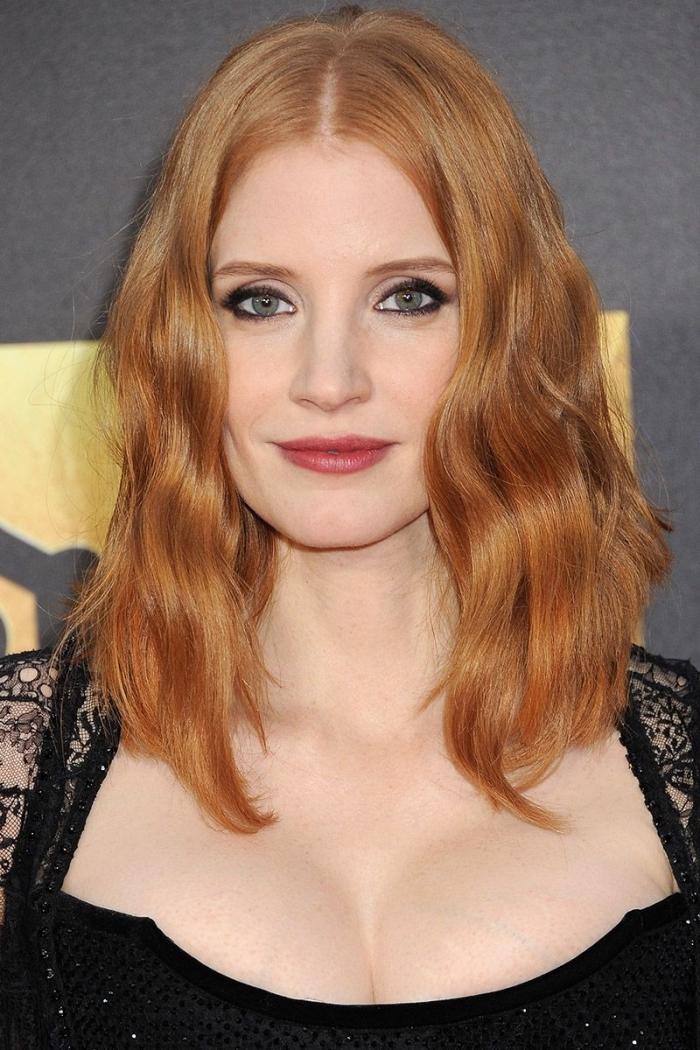 schulterllange haare, haarfrisuren für rundes gesicht, karamellfarbene haare, moderne locken