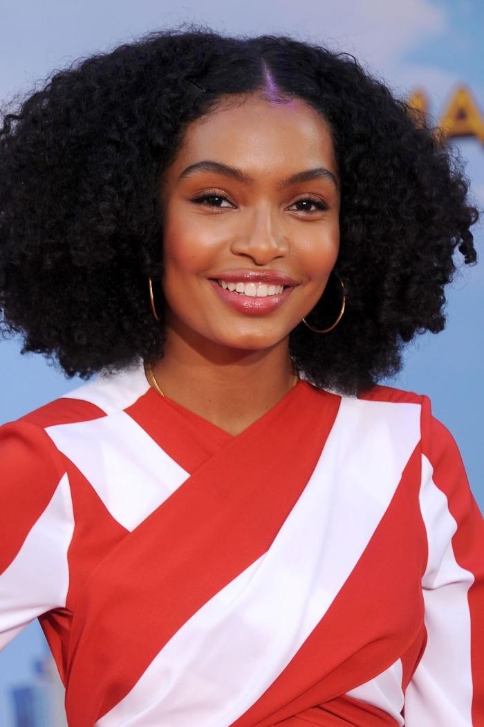 schulterlange haare, kleid in rot und weiß, superlockige schwarze haare, goldene ohrringe