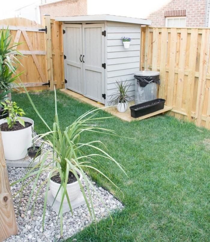 Gartenhaus mit Schleppdach, kleines Häuschen im Garten selber bauen, Deko im Garten, Lagerraum, Pflanzen, Gras, Kies