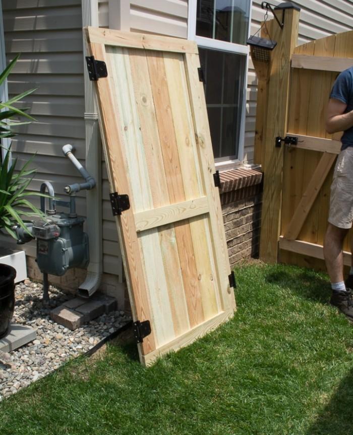Gartenhaus mit Schleppdach, Tür aus Holz am Haus anhängen, Deko Ideen für Garten