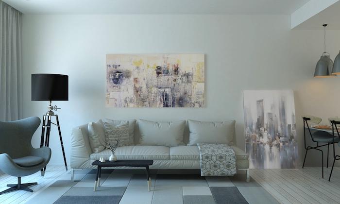 sofa und eine lampe im wohnzimmer